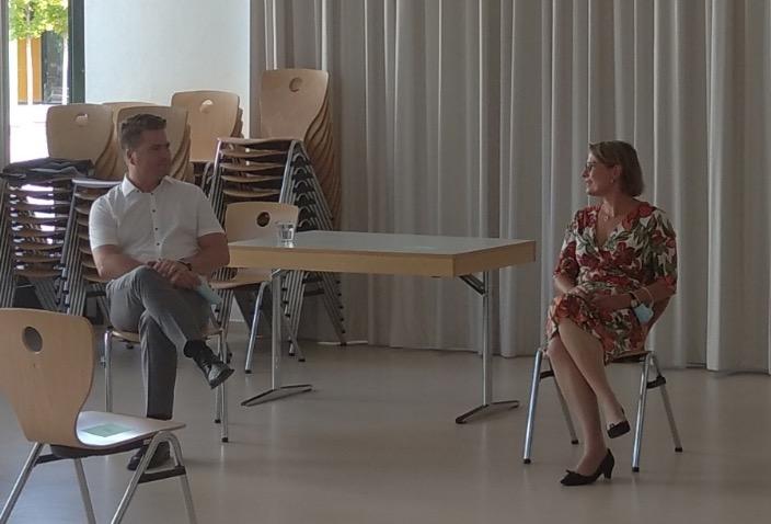 Bildungsministerin Dr. Hubig und Schulleiter Dr. Dejon im Gespräch